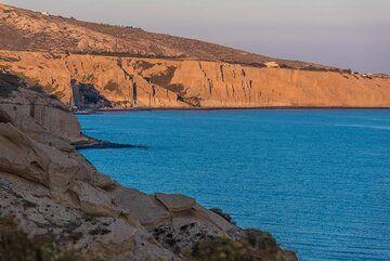 Vlichada pumice cliffs in the sunset light (Photo: Tom Pfeiffer)