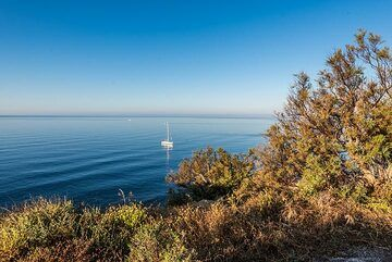 Sea like oil on a beautifully calm evening (Photo: Tom Pfeiffer)