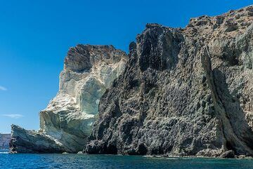 The intrusion (dark) and the partially altered white volcanic sediments. (Photo: Tom Pfeiffer)