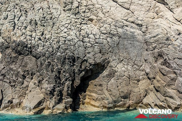 Columnar jointing is visible in some place on the upper surface of the intrusion where cooling of the lava in contact with the once overlying sediments initiated the formation of polygon-shaped cooling cracks. (Photo: Tom Pfeiffer)
