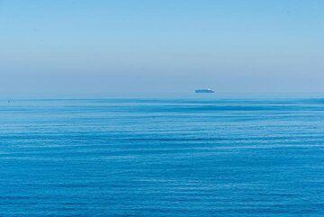 Distant ship (Photo: Tom Pfeiffer)