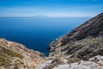 The way offers fantastic views over the sea towards Anafi island. (Photo: Tom Pfeiffer)