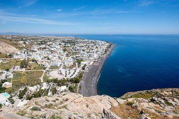View of Kamari and its beach from above (Photo: Tom Pfeiffer)