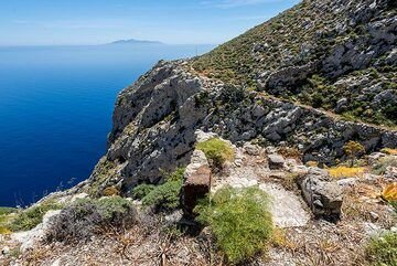 The old trail leading alongside the steep mountain slope (Photo: Tom Pfeiffer)