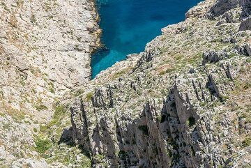 The Mesa Vouno massif in this area consists of marbles with many fault structures. (Photo: Tom Pfeiffer)