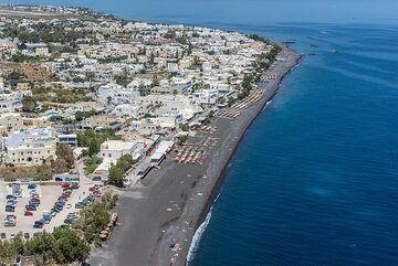 Aerial view of Kamari and its beach (Photo: Tom Pfeiffer)