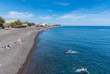 Kamari beach in low season (Photo: Tom Pfeiffer)
