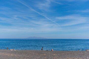 Kamari black sand beach (Photo: Tom Pfeiffer)