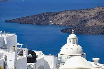 Iconic Agios Minas chapel in Fira town, Santorini, with the caldera and western part of the volcanic island of Nea Kameni in the background. (Photo: Tobias Schorr)