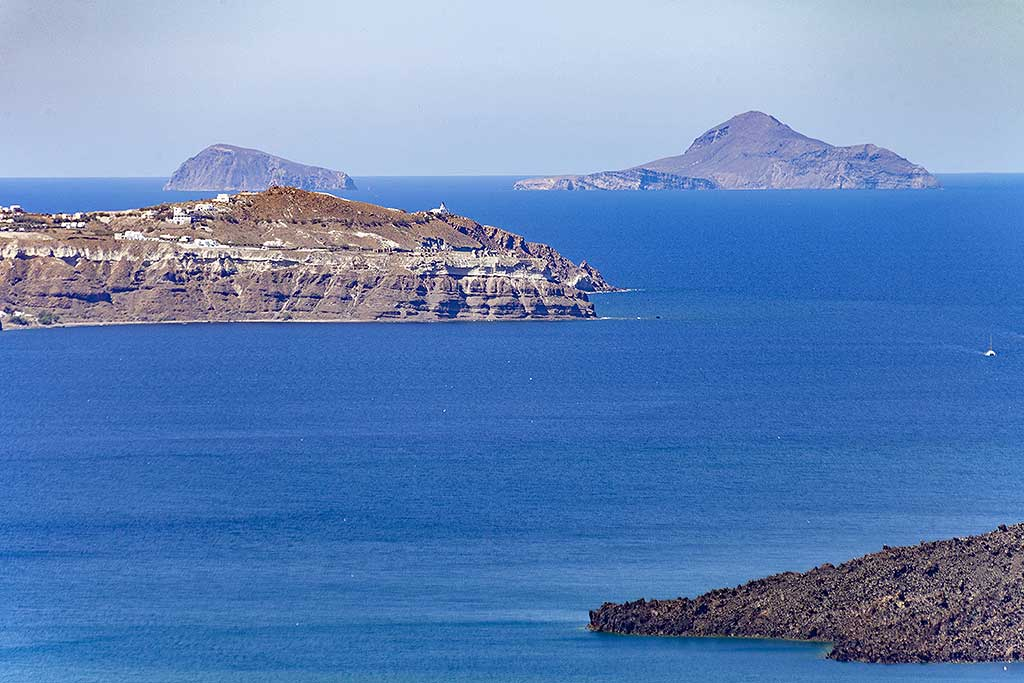 The volcanic islands of Christiana in the background, approx. 12 km SW behind Cape Akrotiri. (Photo: Tobias Schorr)