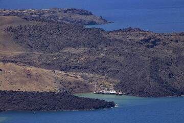 View towards the small tourist harbour Erinia on Nea Kameni island. (Photo: Tobias Schorr)