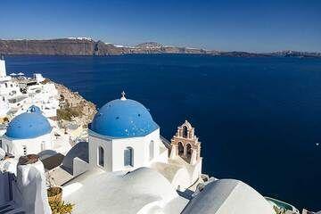 The churches of Anastaseos and Spyridonos at Oia village. (Photo: Tobias Schorr)