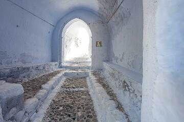 The entrance hall to the castle of Pyrgos on Santorini. (Photo: Tobias Schorr)