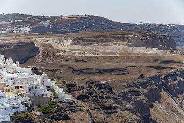 The chapel of Agios Minas in front of the huge pumice quarry at Thira town. (Photo: Tobias Schorr)
