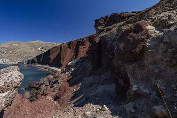 """The famous """"red beach"""" with its cinder cone of an older volcano at Akrotiri village. (Photo: Tobias Schorr)"""