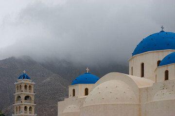 Perissa's church in the storm (Photo: Tom Pfeiffer)