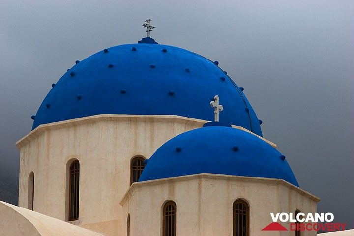 The church of Perissa in the storm (Photo: Tom Pfeiffer)