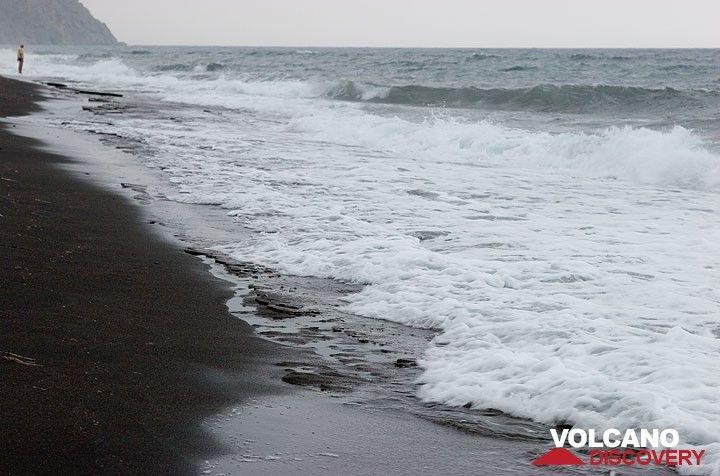 Der schwarze Strand von Perissa (Photo: Tom Pfeiffer)