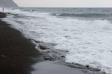 Perissa beach (Photo: Tom Pfeiffer)