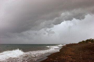 The storm front over Perissa beach (Photo: Tom Pfeiffer)