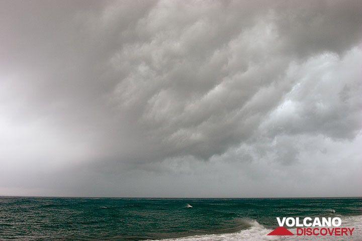 Die letzte schwere Sturmfront passiert Perissa Strand; Ende Mai 2007 (Photo: Tom Pfeiffer)
