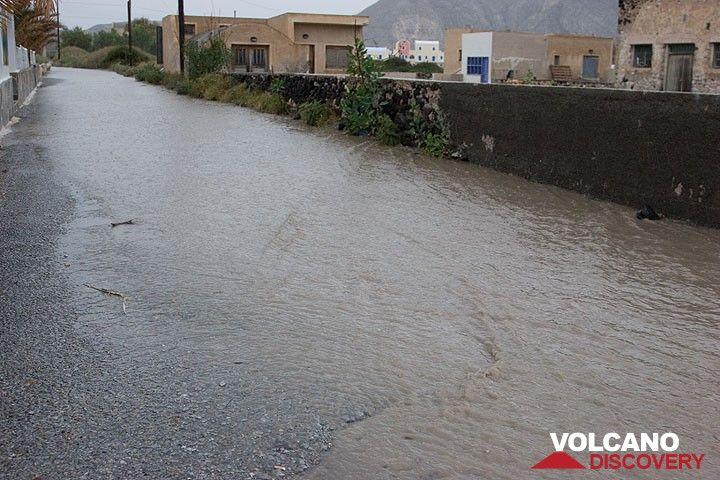 Ein heftiger, sintflutartiger Regenguss lässt Straßen zu Bächen werden. (Photo: Tom Pfeiffer)