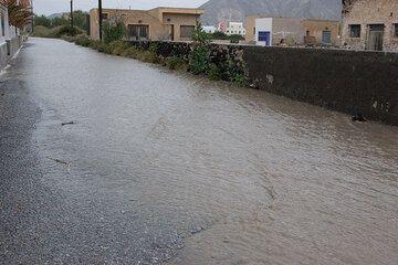 Torrential rain transforms a street into a small river (Photo: Tom Pfeiffer)