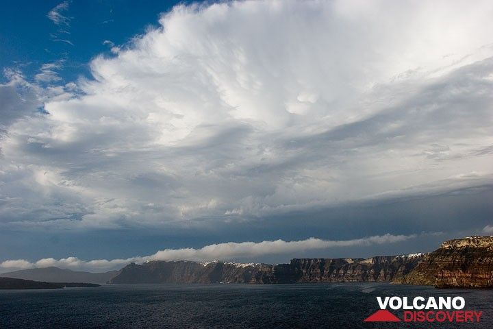 The storm cloud that just passed over our heads; view over the caldera of Santorini (Photo: Tom Pfeiffer)