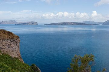 View over the caldera from Akrotiri. (Photo: Tom Pfeiffer)