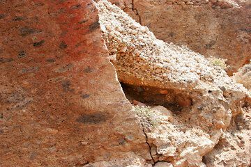 The Cape Riva ignimbrite (18,000 y. old) and the base of the Minoan pumice (Photo: Tom Pfeiffer)