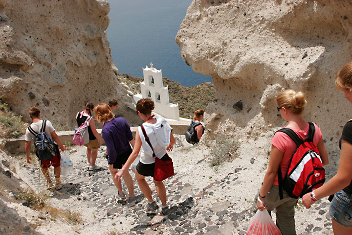 The students on the way to the Plaka bay (Photo: Tom Pfeiffer)