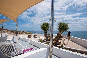 Upper hotel terrace (Photo: Tom Pfeiffer)