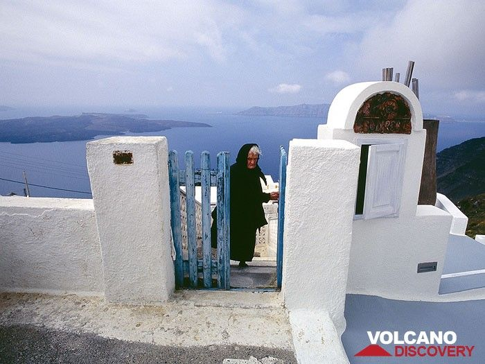 A old Greek woman in front of the caldera (Photo: Tobias Schorr)