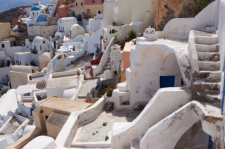 Traditional houses nested on the caldera cliff of Oia town, Santorini (Photo: Tom Pfeiffer)