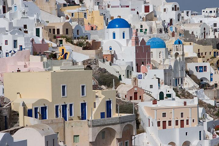 Houses and churches of Oia, Santorini (Photo: Tom Pfeiffer)