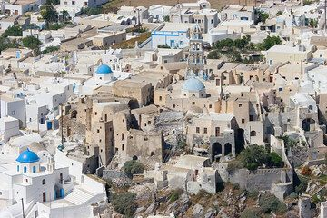 The Medieval center of Emborio: houses are arranged to form a small fortress with only two narrow entries. (Photo: Tom Pfeiffer)