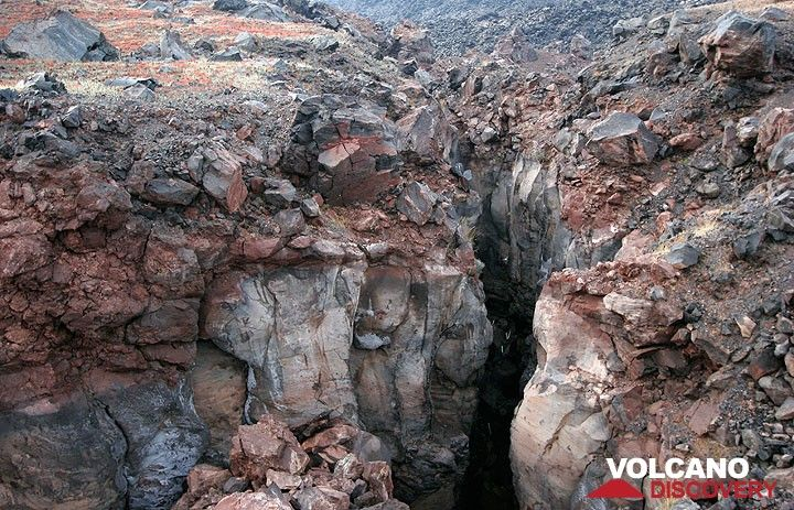 Large fracture on the lava dome of Mikri Kameni (eruption in 1570) (Photo: Tom Pfeiffer)