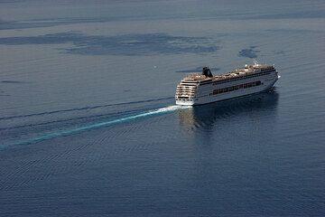Large cruuise ship leaving the caldera (Photo: Tom Pfeiffer)