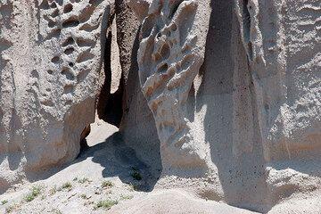 Pumice cliff (Photo: Tom Pfeiffer)