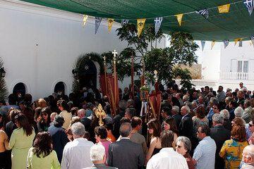 La aldea ha reunido frente a la Iglesia (Photo: Tom Pfeiffer)