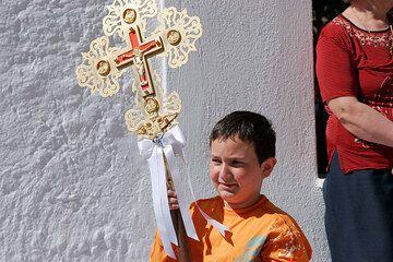 Joven sosteniendo la Cruz (Photo: Tom Pfeiffer)