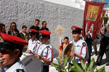 La orquesta está liderando la procesión. (Photo: Tom Pfeiffer)