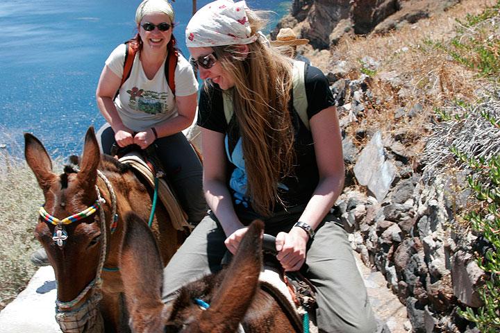 Conducción hasta Therasia sobre burros (Photo: Tom Pfeiffer)
