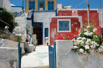 Colorful houses of Therasia (Photo: Tom Pfeiffer)