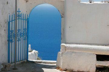 Door at Profitis Ilias (Therasia) (Photo: Tom Pfeiffer)