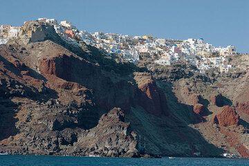 Oia town above the steep caldera cliff (Photo: Tom Pfeiffer)