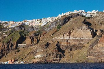 The capital Fira above the caldera cliff (Photo: Tom Pfeiffer)
