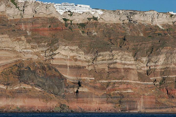 Los acantilados de caldera en capas cerca Megalochori (Photo: Tom Pfeiffer)