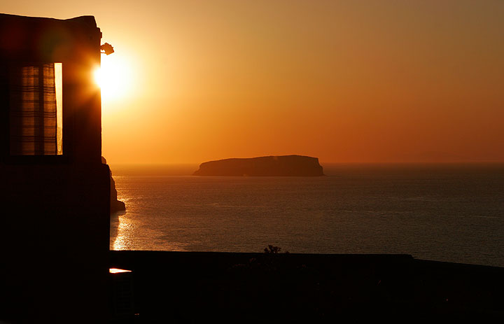 Sunset over the caldera with Aspronisi island. (Photo: Tom Pfeiffer)
