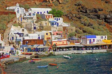 The little fishing port of Amoudi beneath Oia town. (Photo: Tom Pfeiffer)